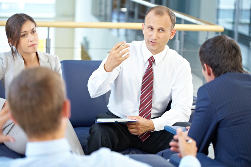 Mann erklärt anderen Kollegen ein Sachverhalt