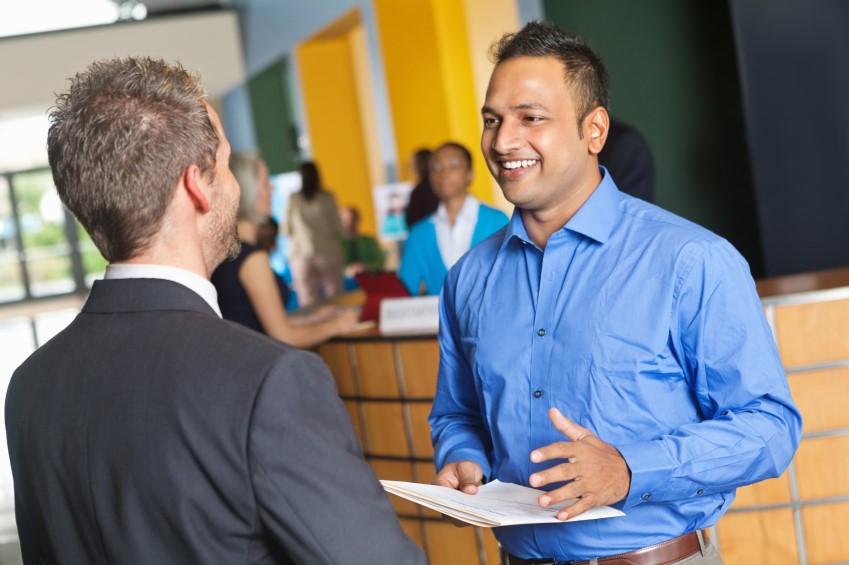 Berater spricht mit Kunden